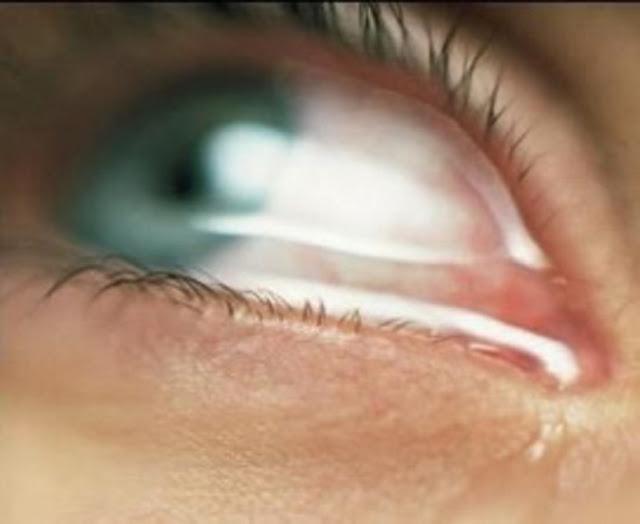 Especialistas apontam que chorar de vez em quando na frente dos filhos faz bem.