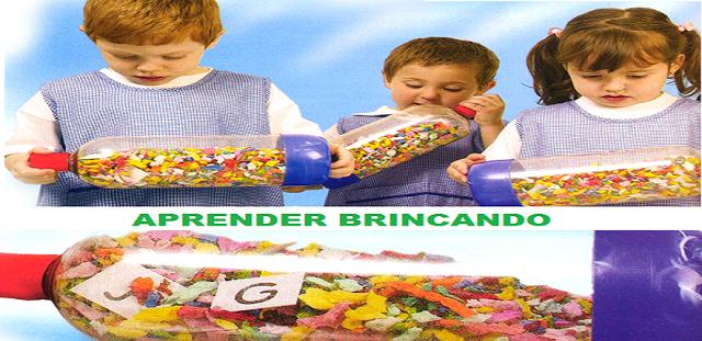 """As crianças agitam as garrafas até o momento em que o  educador faz o pedido, selecionando uma das três opções: """"letra, número ou palavra"""".Emitida a ordem, as crianças param de balançar as garrafas para verificar o que apareceu"""