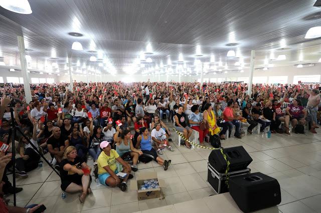 Assembleia sobre a aderência à greve nacional, em Maringá, no Paraná. Crédito: APP-Sindicato