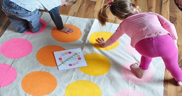 O Twister é um jogo muito divertido, que também utiliza o corpo e trabalha a coordenação motora e a flexibilidade das crianças.