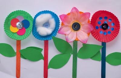 Lembrancinhas - Flores com forminhas e palitos de picolé