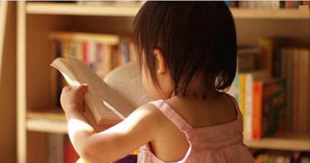 Pais que leem para os filhos ajudam no aprendizado, diz pesquisa. A pesquisa aponta também o aumento do vocabulário e queda do mau comportamento