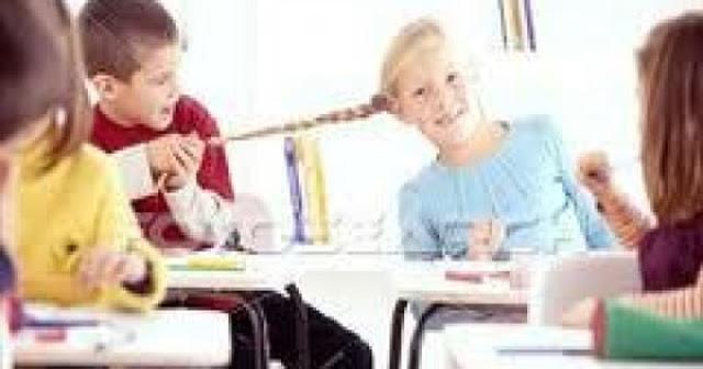 Turma indisciplinada? 4 dicas para você controlar seus alunos - Vozes que não cessam, aviões de papel voando pela sala, falta de concentração, barulho e confusão; isso poderia vir de qualquer lugar, menos da sala de aula! Contudo, é exatamente esse o cenário visto quando a turma é indisciplinada.