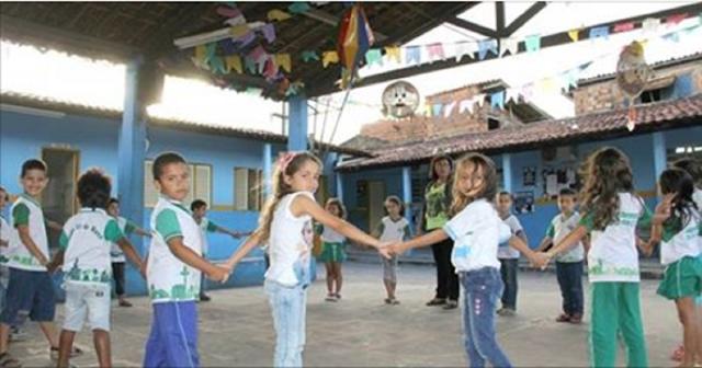 As crianças rodopiam e cantam canções que têm temas pra lá de variados: barata, peixe, feiticeira... Além de ser um ótimo exercício físico, essa brincadeira ajuda a desenvolver a fala.