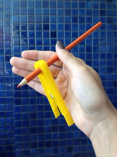 Coordenação Motora: Ensine a usar o lápis corretamente com o movimento de pinça, apenas com um pregador