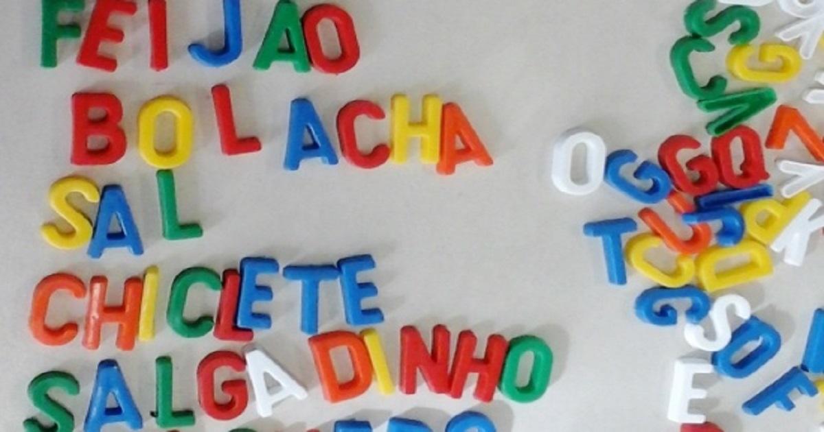 Atividades com letras moveis na alfabetização com avanços e recursos dos aluno