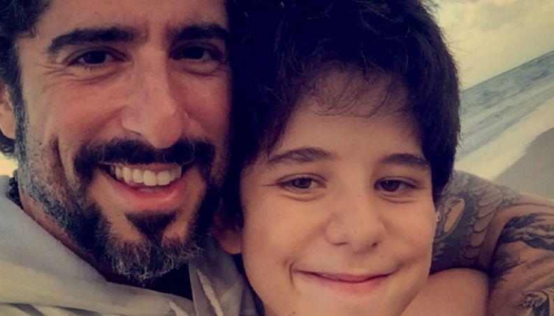 """Filho de Mion tem """"ataque de alegria"""" em público e pai famoso dá lição sobre autismo"""