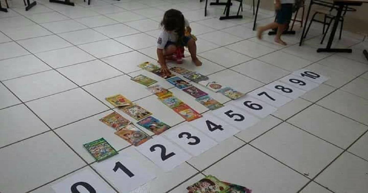 Trabalhando os numerais e contagens com o auxílio dos livrinhos infantis.