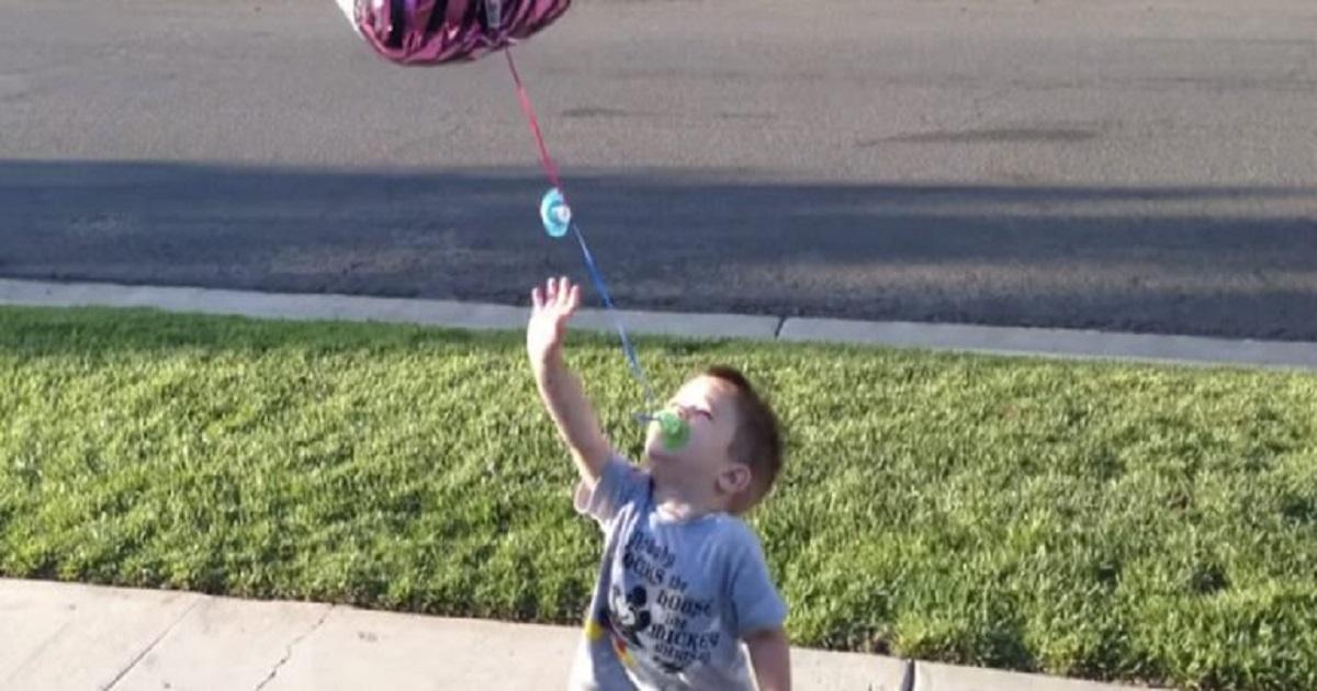 Pai ajuda filho a largar a chupeta com magia e criatividade