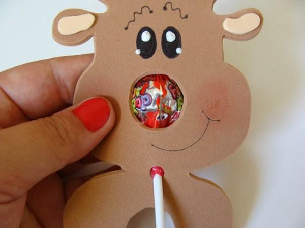 Lembrancinha de Rena de EVA com pirulito para o Natal