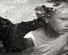 Sintomas de privação emocional em crianças e as consequências
