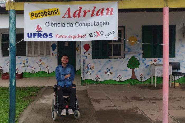Jovem paraplégico e morador de abrigo passa no vestibular da UFRGS