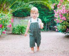Crianças que caminham com os pés descalços são mais inteligentes e felizes