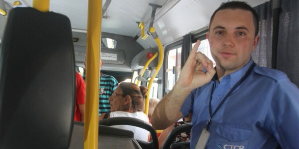 Cobrador aprende Libras para atender passageiros surdos