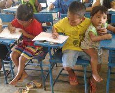 Menino de 7 anos leva seu irmão menor à escola para não perder aula