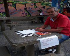 Engenheiro oferece aulas de Física e Matemática de graça em praça pública