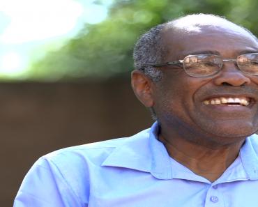 Professor aposentado de Conquista aprendeu sozinho sete idiomas