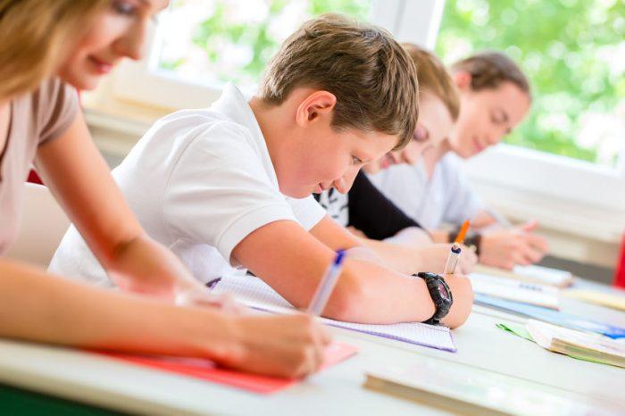 Um ditado por dia nas escolas para aprender as regras de ortografia