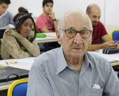 Aos 90 aposentado realiza sonho de fazer faculdade de Arquitetura