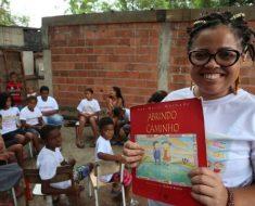 Jovem que se alfabetizou aos 12 anos abriu primeira sala de leitura em favela de Caxias