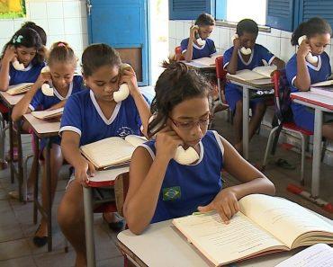 Professora usa telefone feito de cano para ensinar pronúncia e estimular leitura de alunos no Piauí