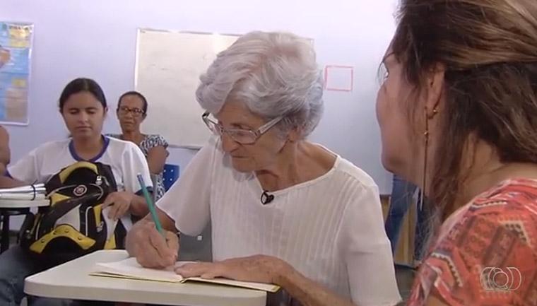 Idosa de 80 anos realiza o sonho de ler e escrever