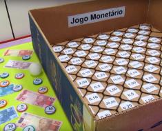 Jogo Monetário na caixa de papelão