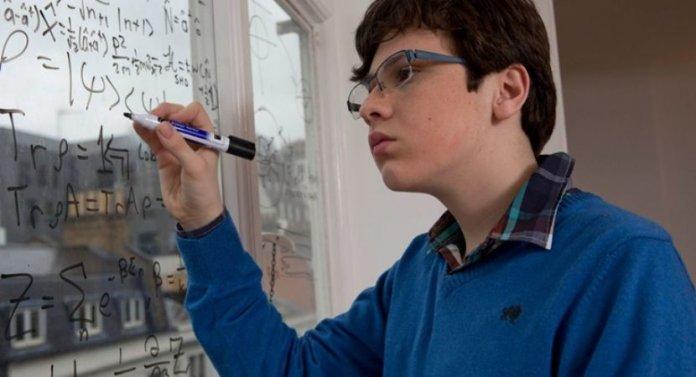 Menino gênio diagnosticado com autismo tem QI maior do que de Einstein