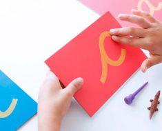 Lixa das letras para ensinar uma criança a ler e escrever
