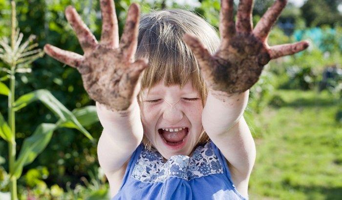 Crianças que brincam com barro e areia ficam mais fortes e saudáveis