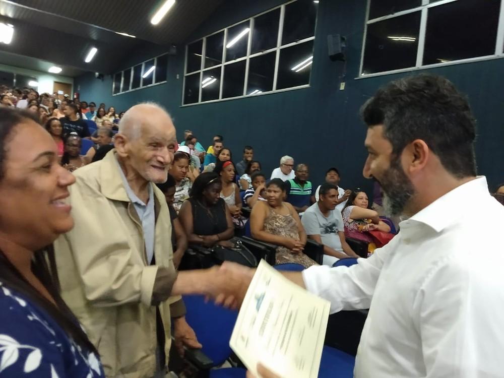 Alfabetizado aos 91 anos, idoso se encanta ao olhar diploma