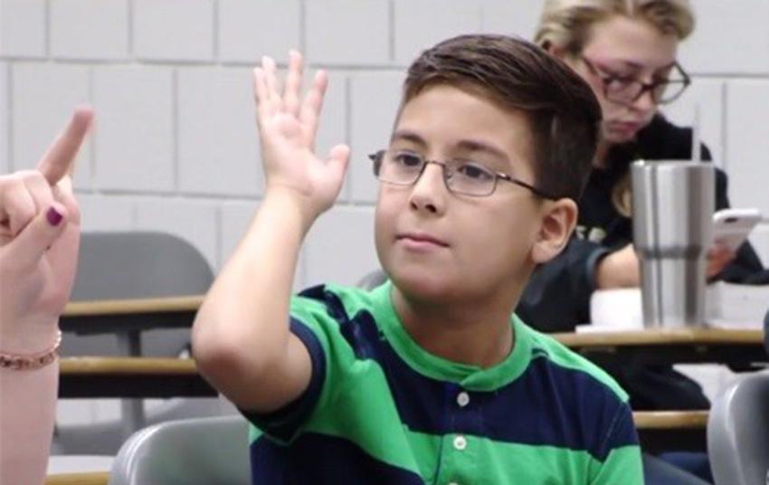 """Menino """"Gênio"""" de 11 anos se forma e declara: """"vou provar pela ciência que Deus existe"""""""