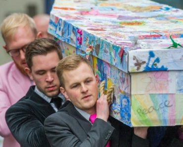 Linda Homenagem! Professora é enterrada em caixão coberto por desenhos feitos por seus alunos