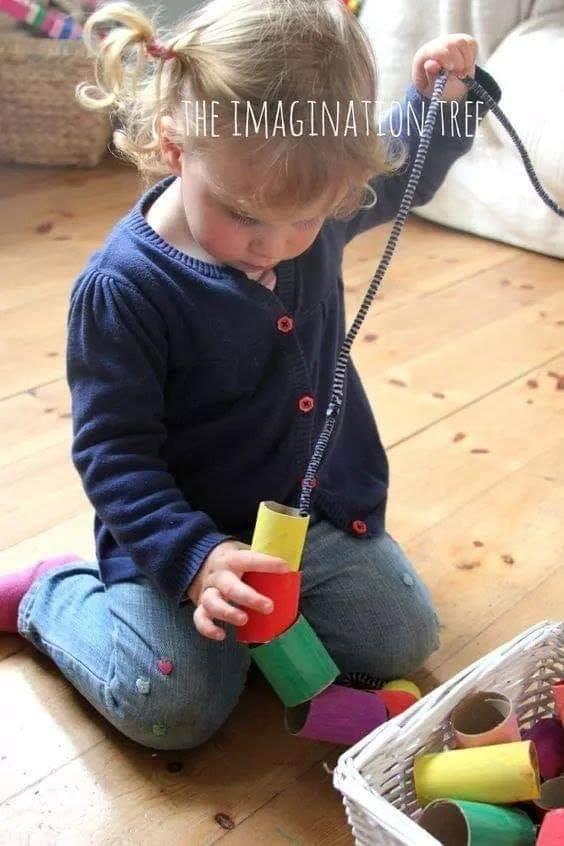 Ideias para estimulação de bebês e crianças pequenas - Estímulos sensórias, Coordenação motora, Percepção visual. O estímulo precoce, como o próprio nome já diz, tem como objetivo desenvolver e potencializar, através de jogos, exercícios, técnicas, atividades, e de outros recursos, as funções do cérebro do bebê, beneficiando seu lado intelectual, seu físico e sua afetividade.