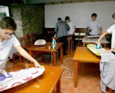 Colégio espanhol ensina meninos a cozinhar, limpar e passar roupa.