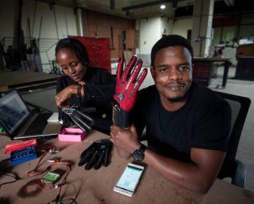 Ele criou luvas que convertem a linguagem de sinais em áudio