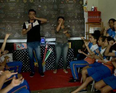 Professora usa música para aluno surdo interagir com os colegas