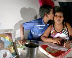 Em Natal filho de 11 anos ensina mãe catadora de lixo a ler e escrever
