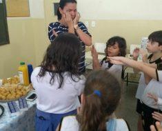 Mães e alunos realizam chá de bebê surpresa para professora