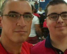 Pai resolve entrar na faculdade e estudar na mesma sala que filho autista para apoiá-lo