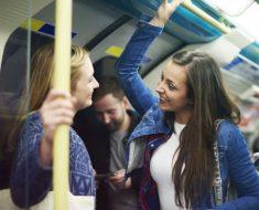 Pessoas mais felizes conversam com desconhecidos no transporte público