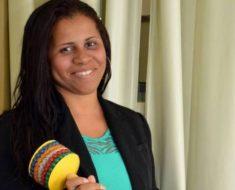 Professora autista, que falava seis idiomas aos 10 anos, desenvolve método de alfabetização
