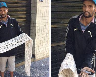 Morador de rua sobrevive fazendo tricô e crochê com agulhas feitas por ele mesmo