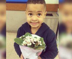 Mãe faz filho levar flores e pedir desculpas à coleguinha após empurra-la