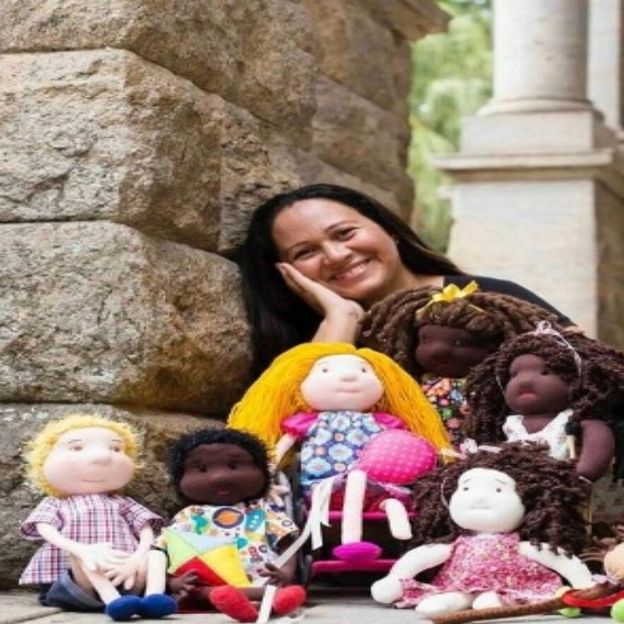 Artesã cria linha de bonecos que promove o respeito às diferenças