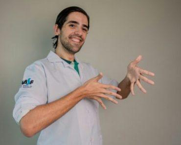 Médico estudou Libras para se comunicar com pacientes surdos