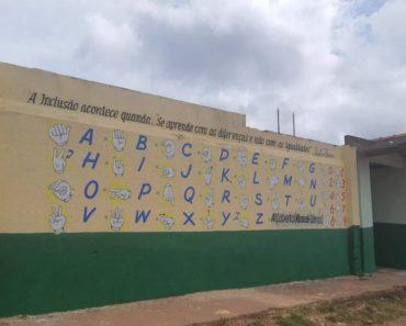 Pintura em muro de escola estadual em Santarém chama atenção para Língua Brasileira de Sinais
