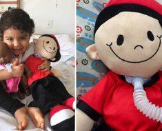 Fonoaudióloga reproduz condição de crianças em bonecos