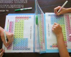 Mãe cria batalha naval com tabela periódica para ensinar química aos filhos