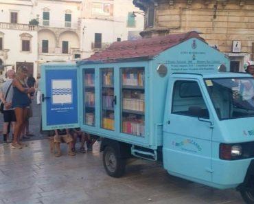 Biblioteca sobre rodas leva livros para crianças na Itália que não tem acesso à leitura